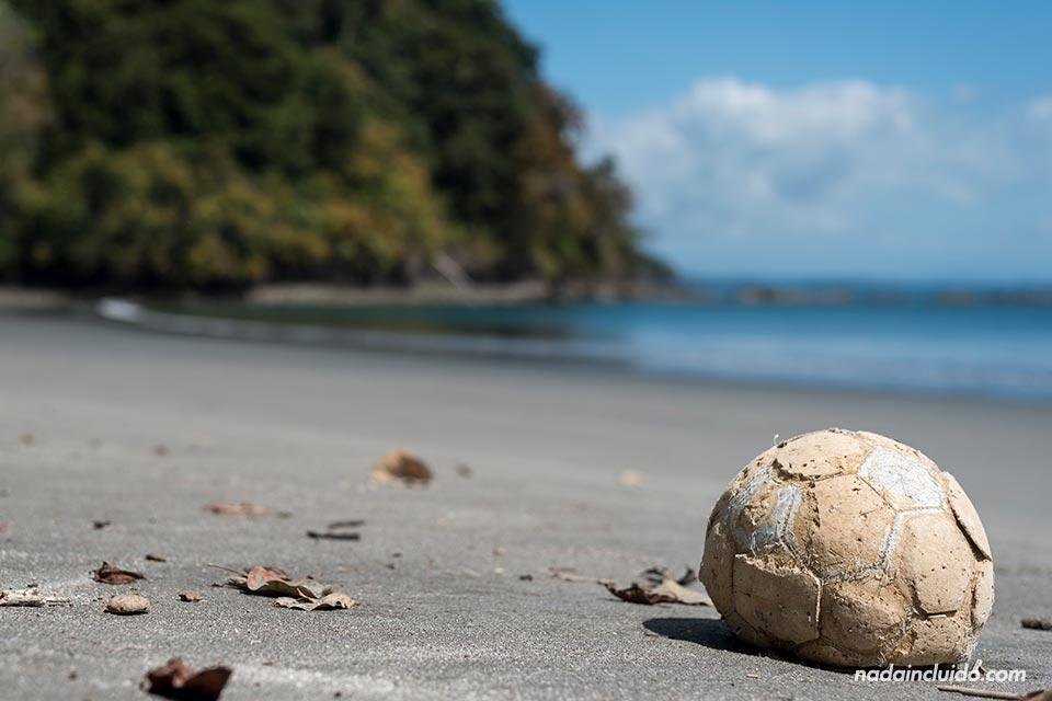 Balón en una playa desierta en isla Paridas, parque nacional marino golfo de Chiriquí (Panamá)