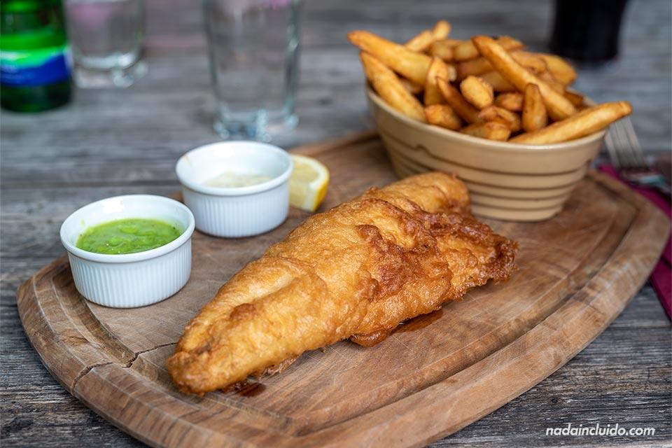 Comiendo un Fish and Chips en el barrio de Ealing, Londres (Inglaterra)