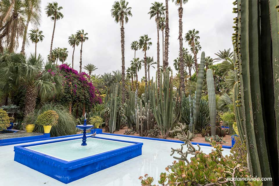 Fuente en el jardín Majorelle de Marrakech (Marruecos)