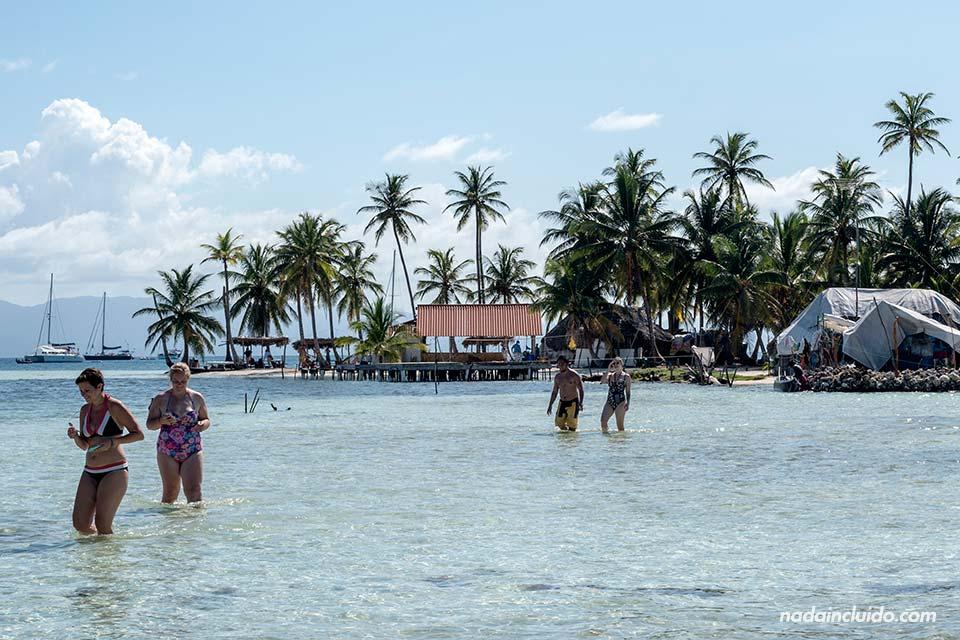 Paseando por las aguas poco profundas junto a Isla Fragata, en el archipiélago de San Blas (Panamá)