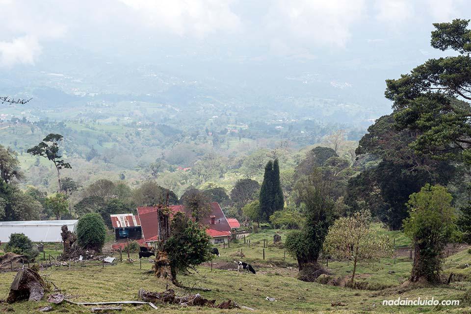 Vistas desde las faldas del Volcán Turrialba (Costa Rica)
