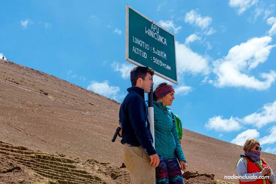 Turistas en la cima de Vinicunca, Perú
