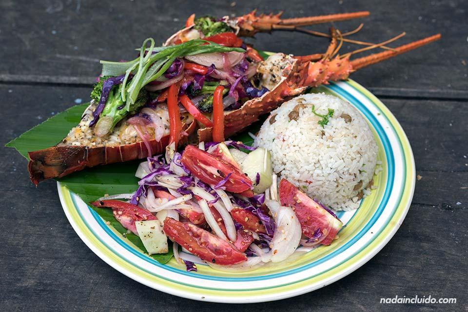 Comiendo un plato de arroz con langosta en isla Paridas, en el parque nacional marino del golfo de Chiriquí (Panamá)
