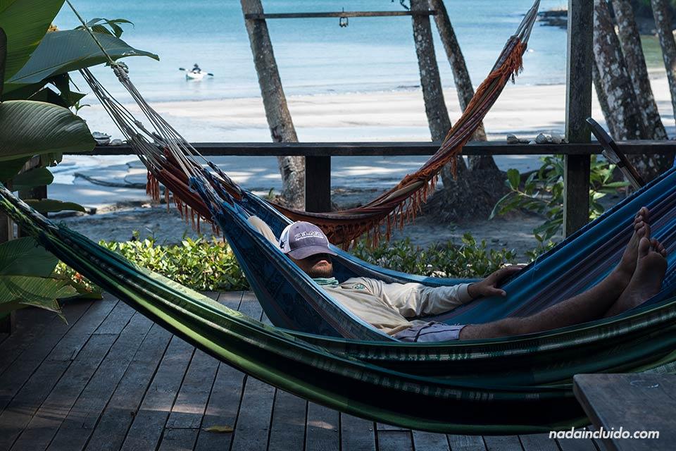 Guía se relaja en una hamacas junto al restaurante de isla Paridas, en la Parque nacional marino golfo de Chiriquí (Panamá)