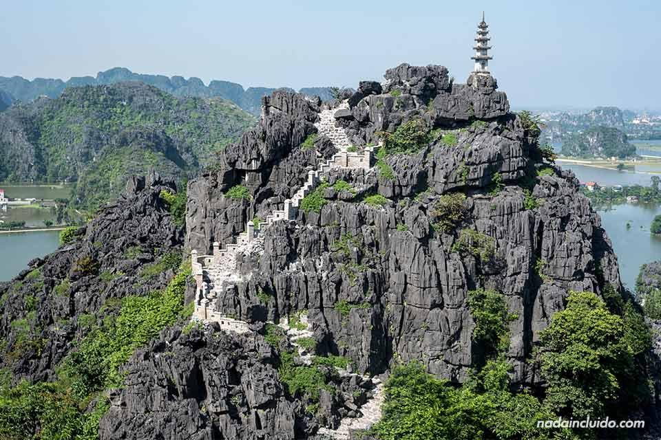 Escaleras para subir a la montaña en Mua Caves, Ninh Binh (Vietnam)