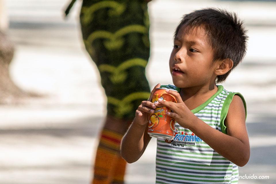 Niño Guna Yala se bebe un refresco de naranja en Isla Fragata, en el archipiélago de San Blas (Panamá)