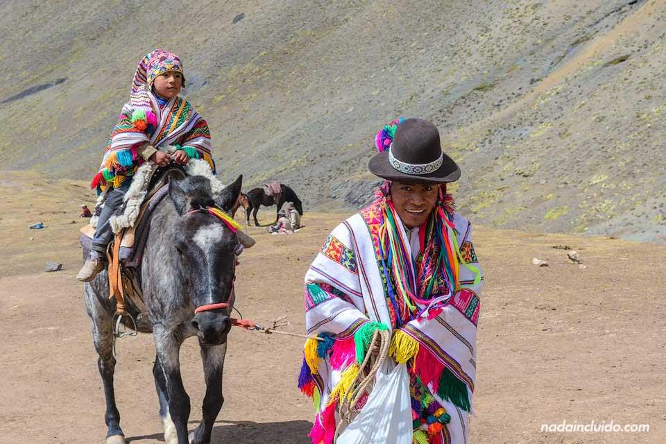 Lugareños en la montaña de los 7 colores de Perú