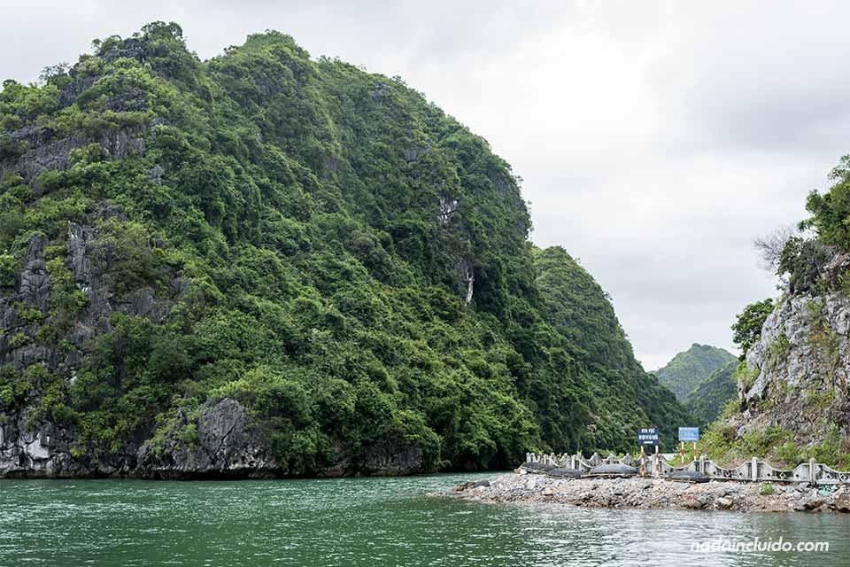 Carretera de Viet Hai, una isla de la Bahía de Lan Ha (Vietnam)
