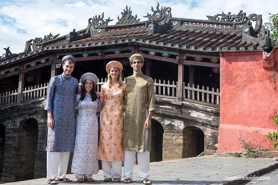 En el puente cubierto japonés de Hoi An vestidos con ropa tradicional de Vietnam
