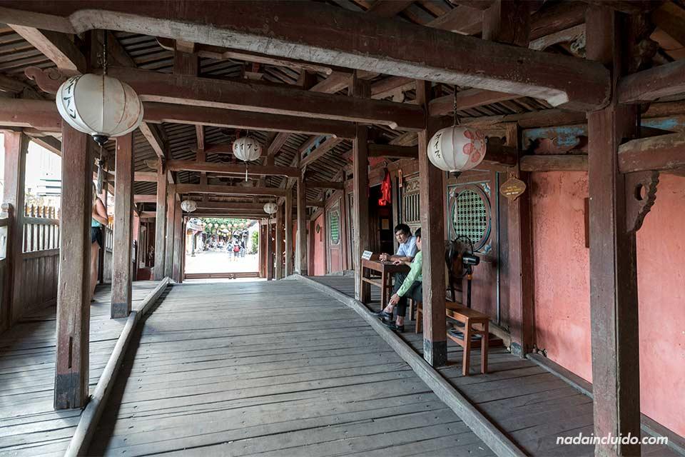 Interior del Puente Cubierto Japonés de Hoi An (Vietnam)