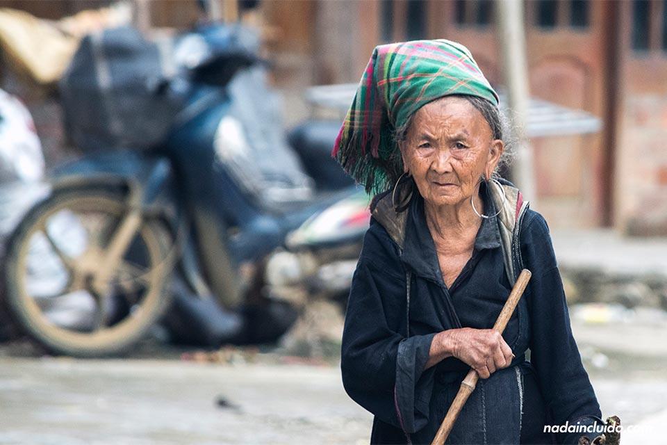 Una anciana vietnamita de la etnia Hmong pasea por las calles de Lao Chai, una aldea cercana a Sapa (Vietnam)