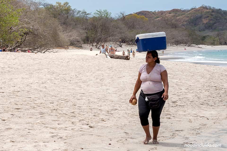 Vendedora de pipas de coco en Playa Conchal (Costa Rica)