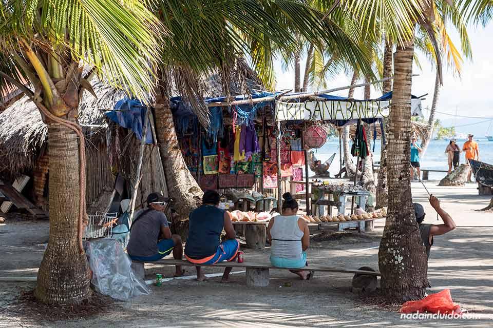 Tienda de suvenires en Isla Fragata, en el archipiélago de San Blas (Panamá)