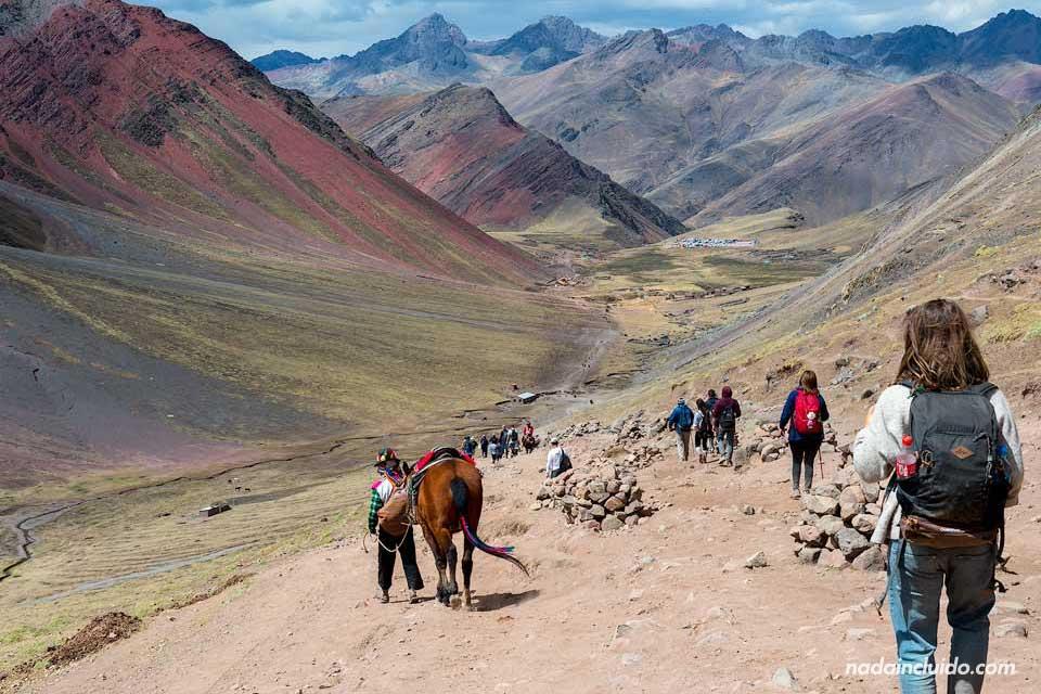 Cordillera junto a la montaña de los 7 colores de Perú