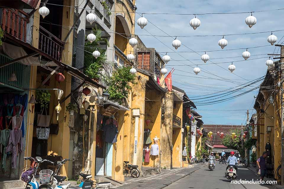 Calle de Hoi An en un día soleado, Vietnam
