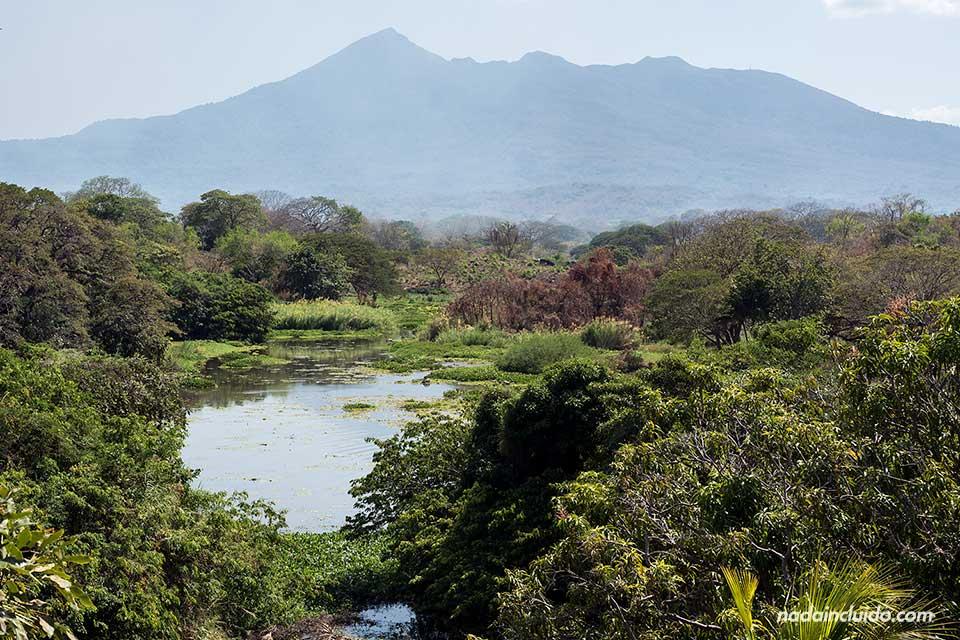 Vista del Volcán Mombacho desde las Isletas de Granada (Nicaragua)