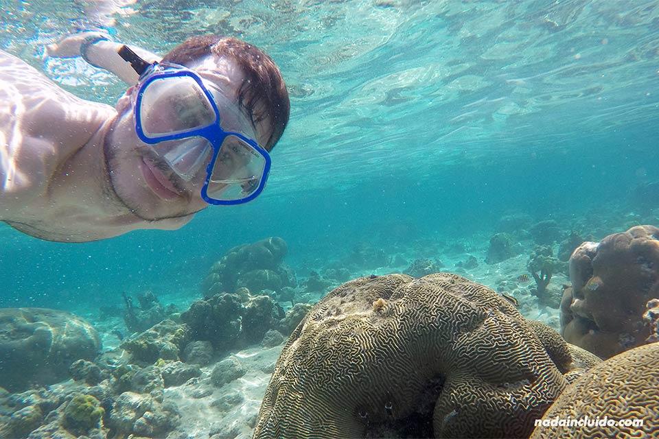 Haciendo snorkeling en junto a Isla Perro Grande, en el archipiélago de San Blas (Panamá)