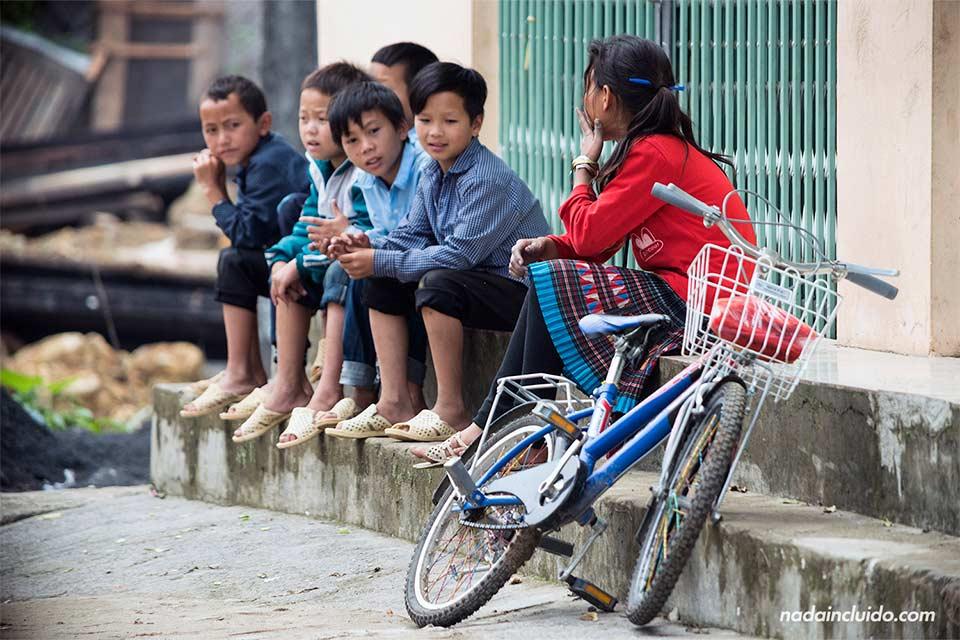 Niños en la calle de Lao Chai, una aldea cercana a Sapa (Vietnam)