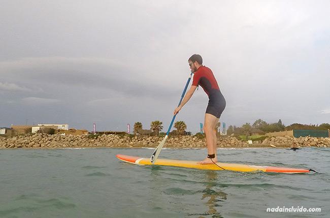 Encima de la tabla haciendo Paddle surf en el centro Venturi (Chipiona, Cádiz)