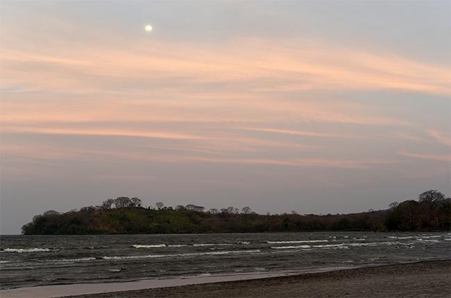 Anochecer en la Playa de Santa Cruz en Isla de Ometepe (Nicaragua)