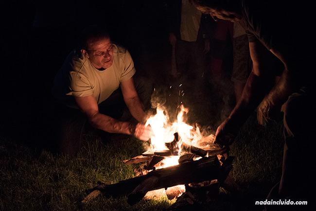 Encendiendo una hoguera en la noche de San Juan en San Juan de Plan (Sobrarbe, Aragón)