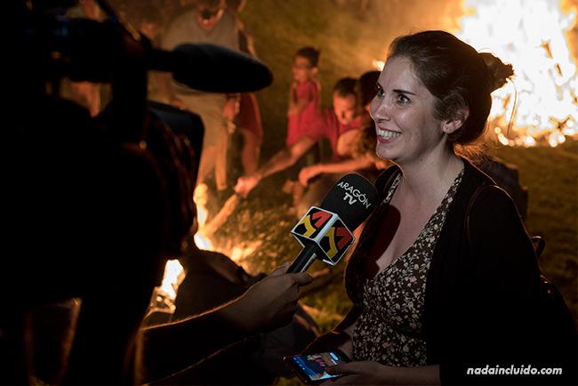 María José de Atomarpormundo es entrevistada para Aragón Televisión con motivo de la Falleta de San Juan de Plan (Sobrarbe, Aragón)