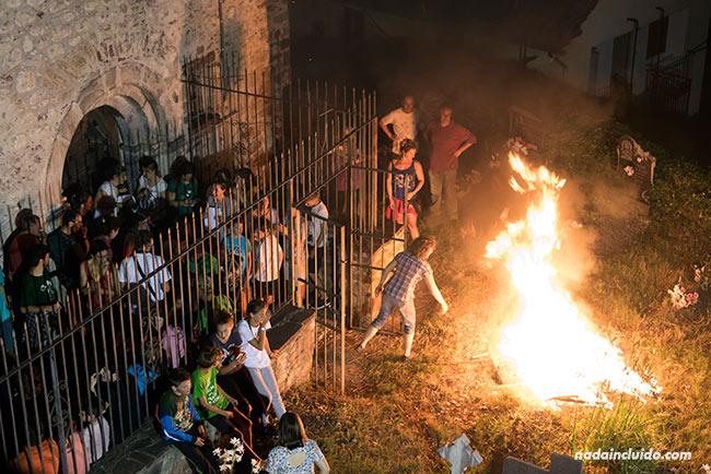 Hoguera junto a la iglesia de San Juan de Plan, durante la celebración de la noche de San Juan (Sobrarbe, Aragón)