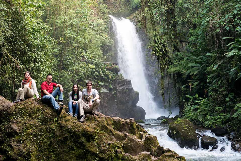 En la Catarata de la Paz (Costa Rica)