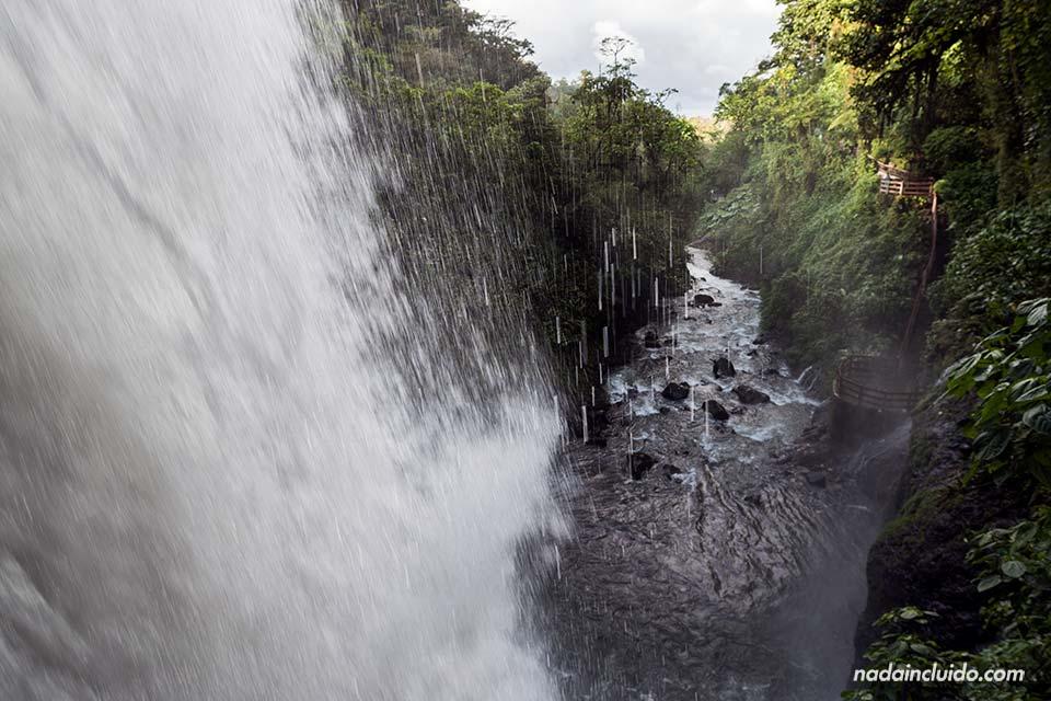 La Catarata de la Paz vista desde detrás (Costa Rica)