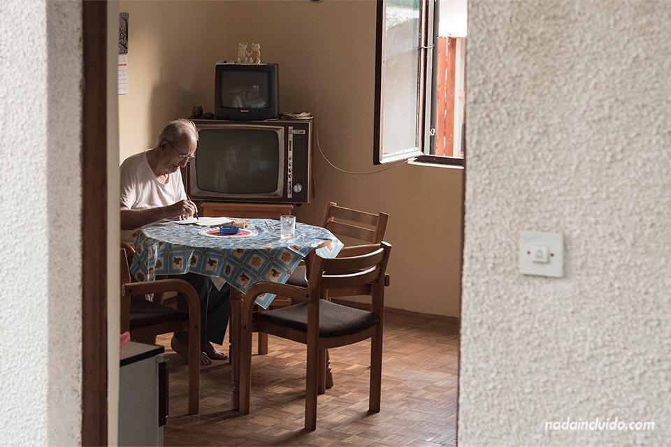 Un señor mayor dibuja en el salón de su casa en Herceg Novi (Montenegro)