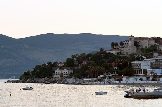Vista de Herceg Novi desde la costa (Montenegro)