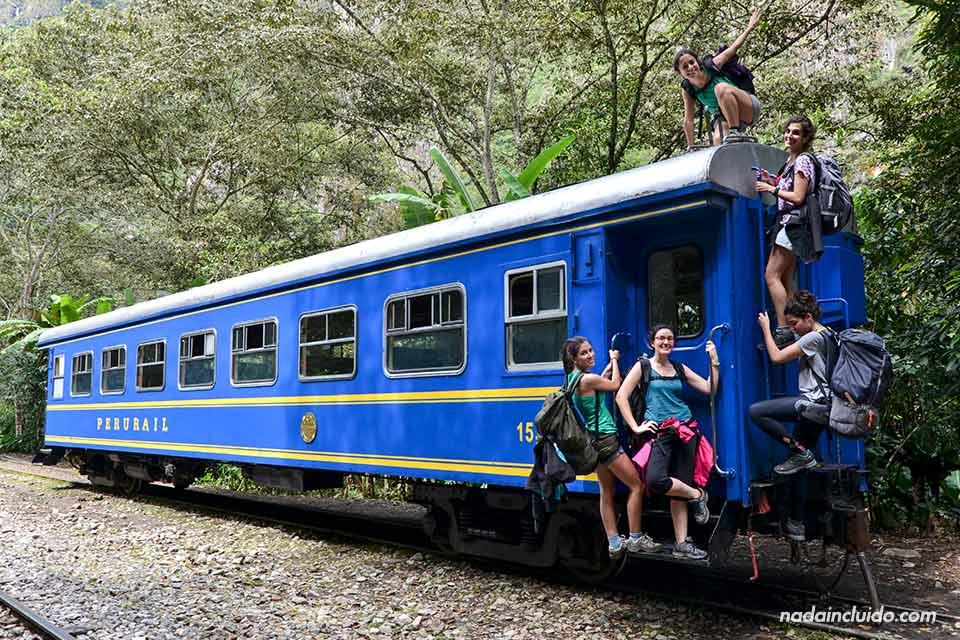 Un grupo de turistas junto al tren que conecta la Estación Hidroeléctrica con Aguas Calientes (Machu Picchu pueblo)