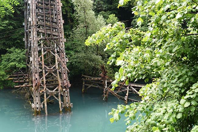 Puente hundido sobre el río Neretva en Jablanica (Bosnia)