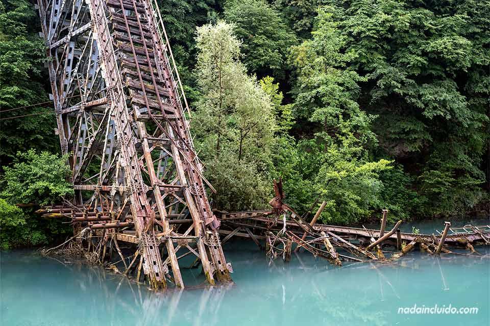 Puente derrumbado sobre el Río Neretva (Jablanica, Bosnia)