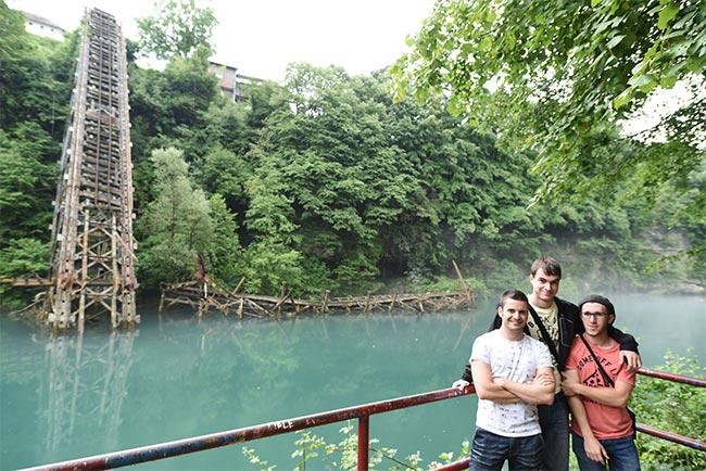 En el puente derribado sobre el río Neterva en Jablanica (Bosnia)