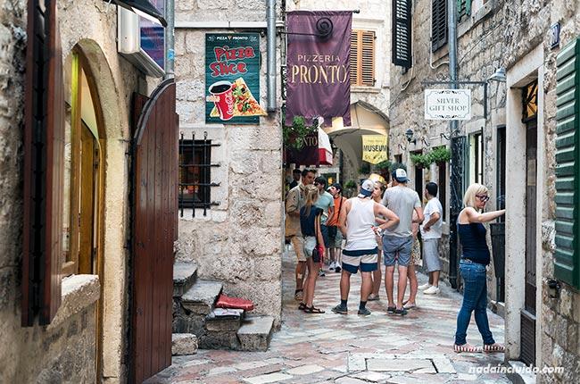 Turistas en el Stari Grad de Kotor (Montenegro)