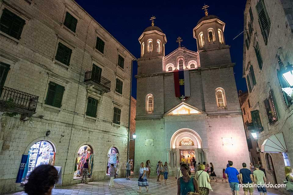 Iluminación nocturna de la Iglesia de St Nikolas en Kotor (Montenegro)