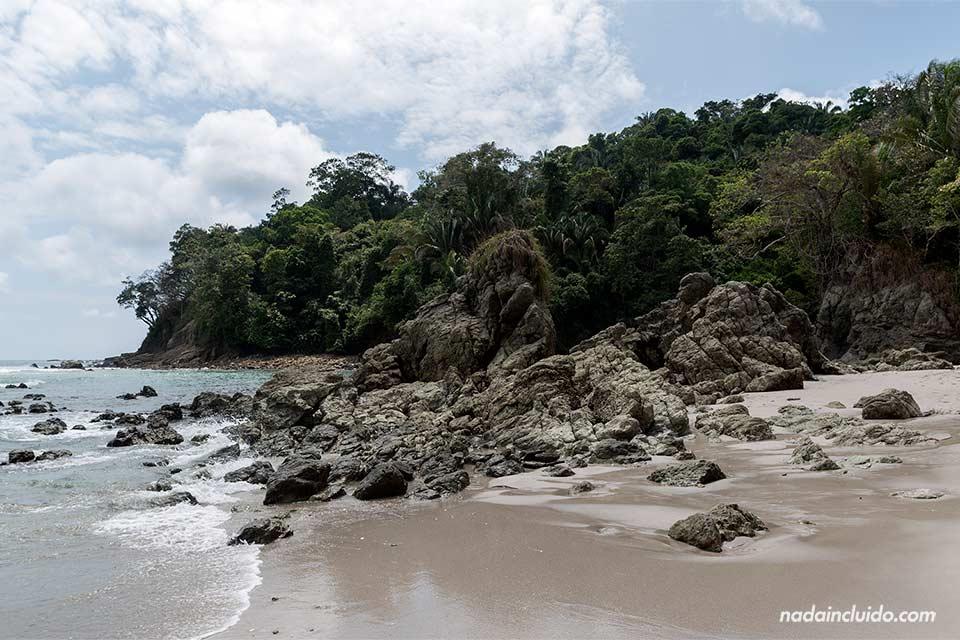 Rocas en la Playa Manuel Antonio en el Parque Nacional de Manuel Antonio (Costa Rica)
