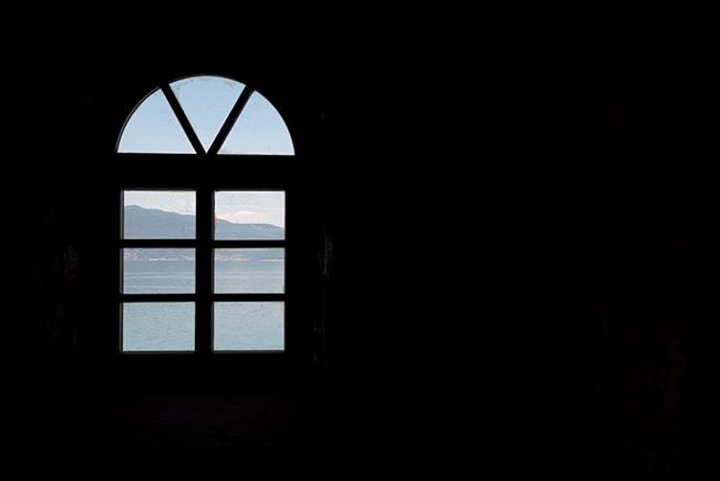 Ventana en el Monasterio de San Naum, con vistas al Lago Ohrid (Macedonia)