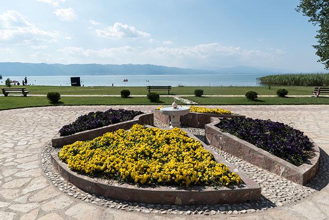 Fuente en el Monasterio de San Naum con vistas al Lago Ohrid (Macedonia)