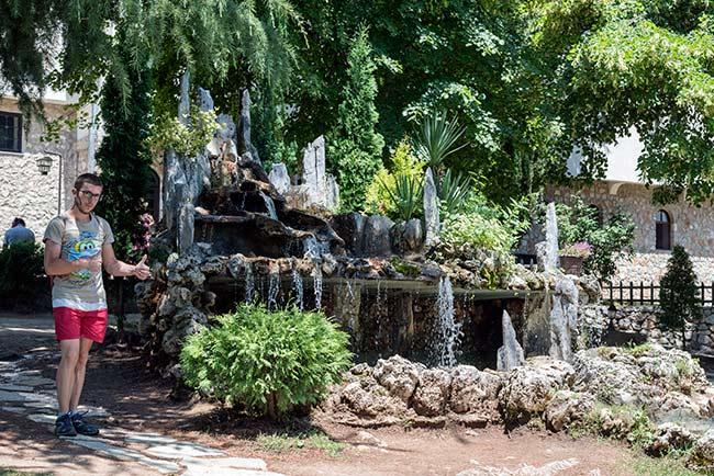 Fuente en los jardines del Monasterio de San Naum , junto al Lago Ohrid (Macedonia)