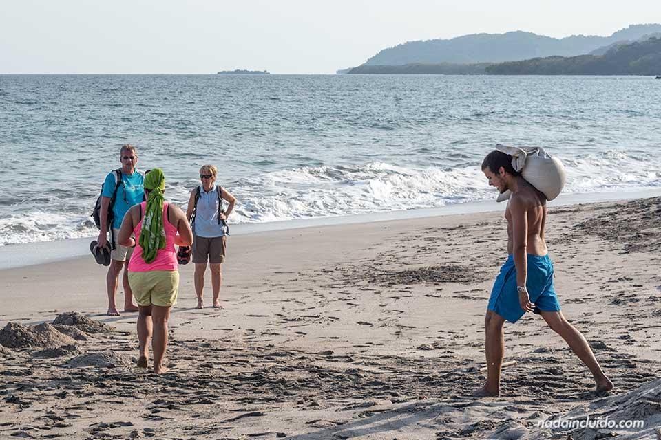Voluntarios trabajando en la playa de Montezuma (Costa Rica)