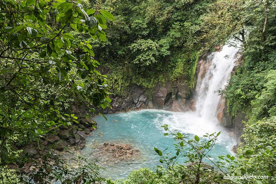 Catarata en Río Celeste, en el Parque Nacional del Volcán Tenorio (Costa Rica)