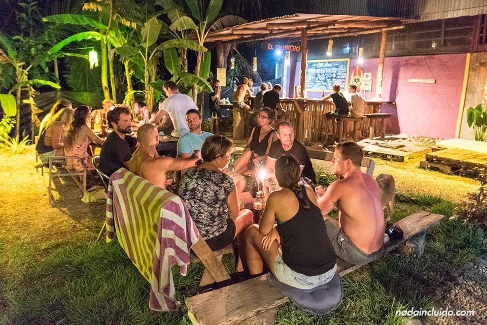 Noche de pizza en el Hostal Kokua de Santa Teresa (Costa Rica)