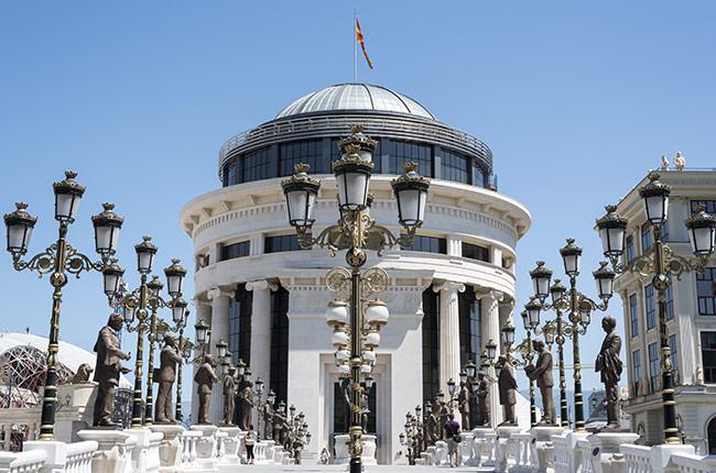 Fachada de la ópera de Skopje (Macedonia)