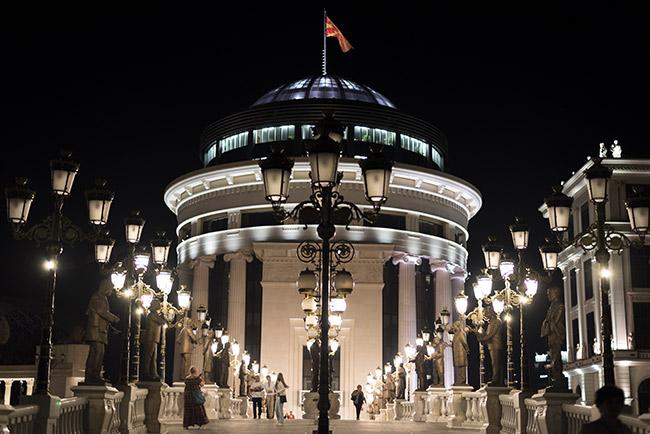 Fachada de la ópera de Skopje (Macedonia) de noche