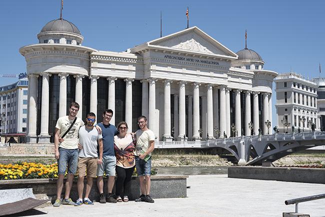Junto al Museo Arqueológico Nacional de Skopje (Macedonia)
