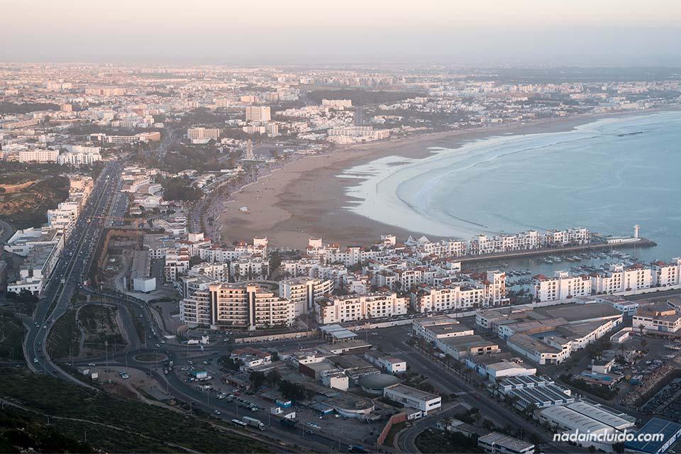 Vista de Agadir desde la antigua Kasbah al atardecer (Marruecos)