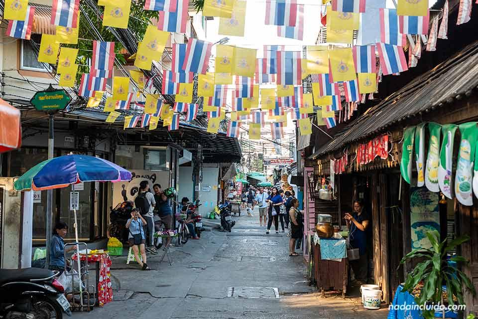 Mercado en el pier Prannok de Bangkok (Tailandia)