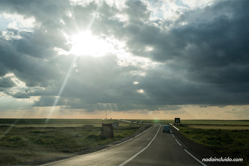 Atardecer en una carretera marroquí